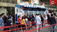 Pengunjung antre untuk masuk ke acara Kompas Travel Fair (KTF) 2019 di Jakarta Convention Center, Jumat (20/9/2019) (Liputan6.com/Komarudin)