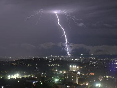 Dashyatnya Badai Petir di Langit Kota Haiti