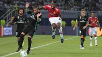 Gelandang Manchester United, Paul Pogba, berebut bola dengan bek Real Madrid, Sergio Ramos, pada laga Piala Super Eropa di Stadion Philip II, Skopje, Selasa (8/8/2017). Real Madrid menang 2-1 atas Manchester United. (AFP/Armend Nimani)