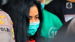 Ekspresi artis sekaligus model Andi Novitalia alias Vitalia Sesha saat dihadirkan dalam konferensi pers kasus narkoba di Polres Metro Jakarta Barat, Kamis (26/2/2020). Vitalia Sesha positif narkoba berdasarkan tes urine. (merdeka.com/Magang/Muhammad Fayyadh)