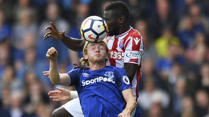Duel pemain Everton, Tom Davies (kiri) dan pemain Stoke City, Mame Biram Diouf pada laga perdana Premier League 2017-2018 di Goodison Park, Liverpool (12/8/2017). Everton menang 1-0.  (Anthony Devlin/PA via AP)