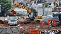 Pekerja dengan menggunakan alat berat meratakan tanah selama pembebasan lahan untuk proyek Tol Bekasi-Cawang-Kampung Melayu (Becakayu) Seksi 1A di kawasan Prumpung, Jakarta, Rabu (13/3). (merdeka.com/Iqbal S. Nugroho)