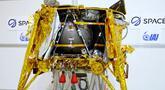 Pesawat luar angkasa Beresheet dipamerkan di Yehud, Tel Aviv, Israel, Senin (17/12). Ilmuwan Israel melakukan persiapan akhir untuk meluncurkan pesawat luar angkasa tersebut ke Bulan. (JACK GUEZ/AFP)
