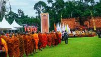 Umat Buddha sedang beribadah dalam perayaan Waisak se-Sumatera 2562/2018 di kompleks percandian Muarajambi. (Liputan6.com / Dok Desa Wisata Muarajambi)