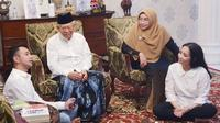 Cawapres Ma'ruf Amin bertemu artis Raffi Ahmad dan istri Nagita Slavina di rumah Situbondo, Menteng, Jakarta Pusat, Selasa (19/2/2019). (Merdeka.com/Ahda Bayhaqi)