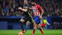 Diego Costa berduel dengan Bonucci pada leg 1, babak 16 besar Liga Champions yang berlangsung di stadion Wanda Metropolitano, Madrid., Kamis (21/2). Atl Madrid menang 2-0 atas Juventus (Gabriel Bouys)