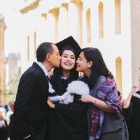 Maudy Ayunda terlihat cantik saat lulus dari Universitas Oxford. Pada momen penting itu, ia didampingi oleh kedua orangtuanya. (Foto: instagram.com/maudyayunda)