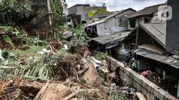 Warga saat membersihkan puing reruntuhan bangunan pascatanah longsor di kawasan Kemang Timur XI, Jakarta Selatan, Minggu (21/2/2021). Longsor merusak lima rumah warga serta menyumbat aliran kali. (merdeka.com/Iqbal S. Nugroho)
