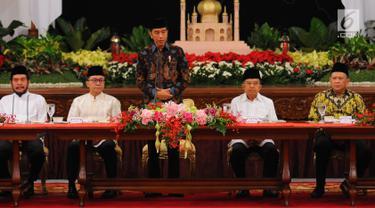 Presiden Joko Widodo atau Jokowi (tengah) memberi sambutan saat menerima pimpinan lembaga negara untuk buka puasa bersama di Istana Negara, Jakarta, Senin (6/5/2019). Jokowi mengajak pimpinan lembaga negara untuk buka puasa bersama pada hari pertama bulan suci Ramadan. (Liputan6.com/Angga Yuniar)