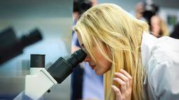 Ivanka Trump menggunakan mikroskop di laboratorium ketika melakukan kunjungan ke Waukee Innovation and Learning Centre di Waukee, Iowa, (19/3). (Rodney White/The Des Moines Register via AP)