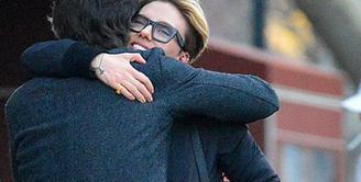 Beberapa minggu silam, Scarlett Johansson dikabarkan telah mengakhiri hubungannya dengan sang suami, Romain Dauriac. Belum diketahui kebenarannya, wanita yang akrab disapa Scarjo ini terlihat asik bersama seorang pria. (doc.dailymail.com)