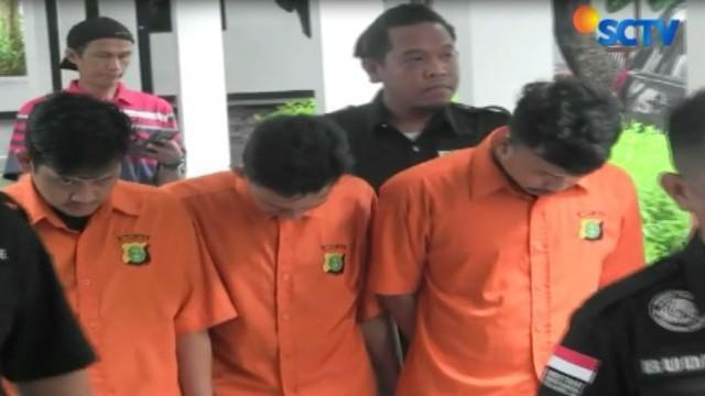Tim Direktorat Narkoba Polda Metro Jaya menangkap tiga orang jaringan penyuplai sabu menyusul tertangkapnya artis Riza Shahab.
