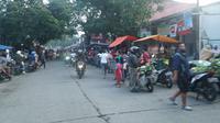 Suasana pasar tumpah di Jalan Cikutra, Kota Bandung, ramai saat pelaksanaan hari pertama PSBB, Rabu (22/4/2020). (Liputan6.com/Huyogo Simbolon)