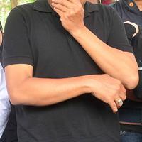 Tukul Arwana menangis saat pemakaman istrinya, Susiana, di TPU Jeruk Purut, Rabu (24/8/2016)