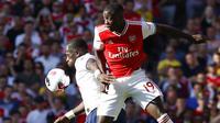 Striker Arsenal, Nicolas Pepe, berebut bola dengan pemain Tottenham Hotspur, Moussa Sissoko, pada laga Premier League 2019 di Stadion Emirates, Minggu (1/9). Kedua tim bermain imbang 2-2. (AP/Alastair Grant)