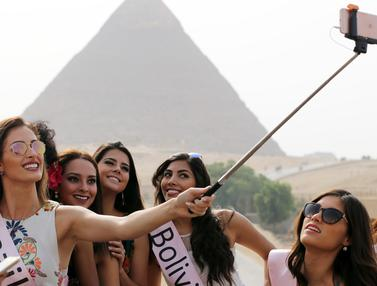 20160413-Wanita-Cantik-Berselfie-Mesir-Rueters