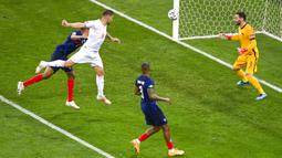 Pemain Swiss Haris Seferovic (kedua kiri) mencetak gol ke gawang Prancis pada pertandingan babak 16 besar Euro 2020 di Stadion National Arena, Bucharest, Rumania, Selasa (29/6/2021). Swiss menyingkirkan Prancis usai menang 5-4 (3-3). (Daniel Mihailescu/Pool Photo via AP)