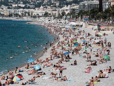 Wisatawan Padati Pantai di Prancis