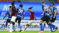 Pemain AC Milan Zlatan Ibrahimovic mencetak gol ke gawang Inter Milan pada pertandingan perempat final Coppa Italia di Stadion San Siro, Milan, Italia, Selasa (26/1/2021). Inter Milan menang 2-1. (Spada/LaPresse via AP)