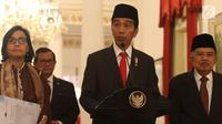 Presiden Joko Widodo atau Jokowi didampingi Wapres Jusuf Kalla, Menkeu Sri Mulyani, dan Seskab Pramono Anung saat memberi keterangan terkait THR di Istana Negara, Jakarta, Rabu (23/5). (Liputan6.com/Angga Yuniar)