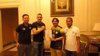 Manajer Barito Putera, Hasnuryadi Sulaiman (kedua-kanan), memperlihatkan kontrak kerja sama setelah resmi merekrut Aleksandar Rakic (kedua-kiri) untuk musim kompetisi 2020. (Bola.com/Permana Kusumadijaya)