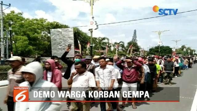 Korban gempa di Kecamatan Batukliang dan  Pringgarata, Lombok Tengah berunjuk rasa tuntut realisasi rumah hunian.