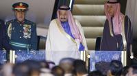 Raja Salman saat tiba di Bandara Internasional Haneda, Tokyo (12/3) (AP)