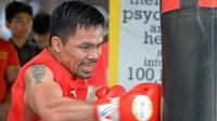 Petinju Manny Pacquiao saat berlatih di gym di Manila, (17/5). Pacquiao yang juga senator Filipina akan bertanding pada kelas welter dunianya melawan petinju Argentina Lucas Matthysse pada bulan Juli. (AFP Photo/Ted Aljibe)