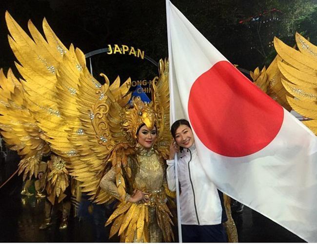 Rikako berfoto bersama pembawa nama negara yang memakai kostum garuda khas Indonesia/instagram.com/ikee.rikako