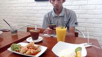 Salah satu pengunjung WiHAUS Cafe tengah menikmati akhir pekan di Garut (Liputan6.com/Jayadi Supriyadin)