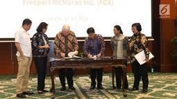 CEO PT Freeport Richard Adkerson dan Dirut Inalum Budi Gunadi Sadikin disaksikan Menkeu, Menteri ESDM, Menteri BUMN dan Menteri LHK menandatangani pengambilalihan saham 51% PT Freeport Indonesia di Jakarta, Kamis (12/7). (Liputan6.com/Angga Yuniar)