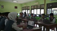 MTS N 2 Kota Cirebon memiliki cara tersendiri demi kelancaran pelaksanaan UNBK pertama mereka yakni dengan menggunakan modem dan tathering atau berbagi koneksi. Foto (Liputan6.com / Panji Prayitno)