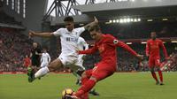 Pemain Swansea City, Kyle Naughton (kiri) menutup pergerakan pemain Liverpool, Roberto Firmino pada lanjutan Premier League di Anfield, Liverpool, (Sabtu (21/1/2017). Liverpool kalah 2-3.  (Peter Byrne/PA via AP)