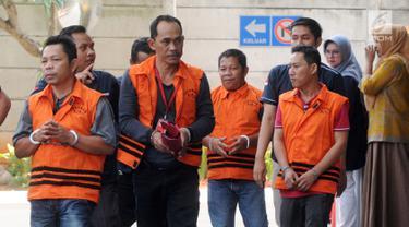 Empat tersangka tiba akan menjalani pemeriksaan oleh penyidik di gedung KPK, Jakarta, Kamis (26/9/2019). Mereka terlibat berbagai kasus suap korupsi yang ditangani oleh KPK. (merdeka.com/Dwi Narwoko)