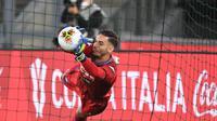Kiper Napoli, Alex Meret menggagalkan eksekusi penalti pemain Juventus pada final Coppa Italia. (Dok. Twitter/Napoli)