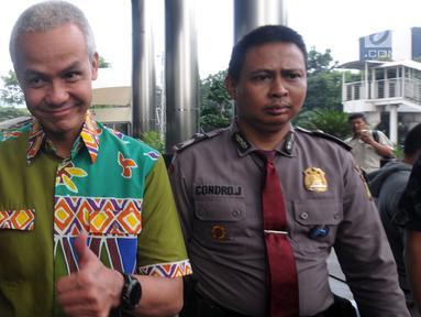 Calon Gubernur Jawa Tengah, Ganjar Pranowo mengacungkan jempol seusai memenuhi panggilan penyidik KPK, Jakarta, kamis (28/6). Ganjar diperiksa sebagai saksi kasus dugaan korupsi E-KTP sehari setelah mengikuti Pilkada di Semarang. (Merdeka.com/Dwi Narwoko)