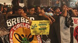 Slankers menyaksikan konser perayaan ulang tahun ke-34 Slank di JIExpo Kemayoran, Jakarta, Selasa (26/12). Konser ini menjadi yang paling ditunggu setelah lima tahun Slank tak menggelar konser ulang tahun di tempat umum. (Liputan6.com/Herman Zakharia)