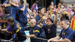 Dani Alves beserta skuat tim Barcelona lainnya bersorak merayakan kemenangan La Liga musim 2012/2013.