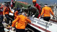 Relawan PMI tengah mencari korban gempa Palu dan Donggala. (dok PMI)