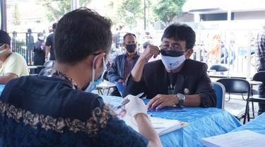 Para penerima manfaat dari ragam profesi yang terkena dampak perpanjangan PPKM Darurat di Garut, Jawa Barat, mulai mendapatkan bantuan stimulan tunai dari Pemda Garut.