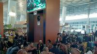 Sejumlah calon jemaah tertahan di Bandara Soekarno-Hatta setelah Arab Saudi mengeluarkan larangan sementara untuk melakukan ibadah umrah. (Liputan6.com/Pramita Tristiawati)