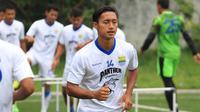 Meski masih muda, gelandang Persib Bandung, Agung Mulyadi sudah memikirkan masa depan dengan membuka bisnis kuliner. (Bola.com/Muhammad Ginanjar)