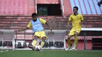 Dua pemain anyar Persebaya Surabaya, Samsul Arif dan Reva Adi Utama. (Bola.com/Aditya Wany)