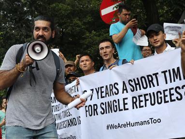 Pengungsi dari negara-negara berkonflik melakukan unjuk rasa di depan Kantor UNHCR, Jalan Kebon Sirih, Jakarta, Selasa (30/7/2019). Pengungsi yang rata-rata belum berkeluarga tersebut mendesak pihak UNHCR segera memproses surat ijin menuju negara tujuan mereka. (Liputan6.com/Helmi Fithriansyah)