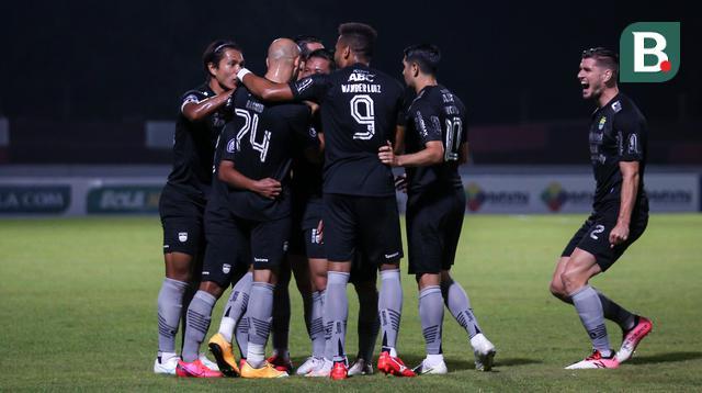 Sejumlah pemain Persib Bandung merayakan gol pertama ke gawang Bhayangkara FC yang dicetak Febri Hariyadi dalam laga pekan ke-7 BRI Liga 1 2021/2022 di Stadion Moch Soebroto, Magelang, Sabtu (16/10/2021). (Bola.com/Bagaskara Lazuardi)