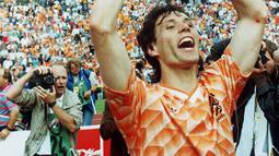 1. Marco Van Basten, striker legendaris Belanda itu dilatih Cruyff saat menukangi Ajax musim 85/86 hingga 86/87. Bersama Cruyff, Basten berkembang menjadi bomber haus gol dan diboyong klub raksasa asal Italia, AC Milan, pada tahun 1987. (AFP/Staff)