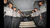 Sejumlah polisi membentuk barikade kanan kiri dan tepat di depan pintu Mabes Polri, Jakarta, Jumat (24/1/2015). (Liputan6.com/Miftahul Hayat)