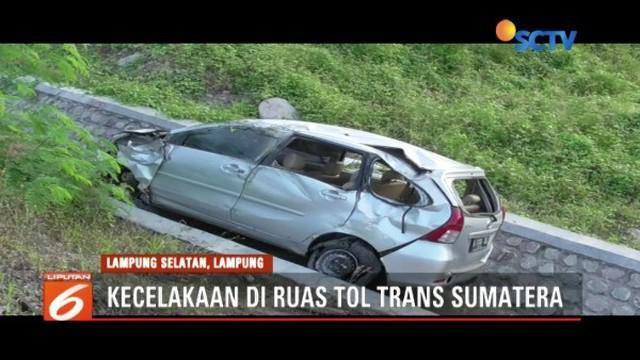Diduga mengalami pecah ban, mobil ber-plat B terjun ke jurang di jalan Tol Trans Sumatra, di Lampung. Dua orang tewas dalam kejadian tersebut.