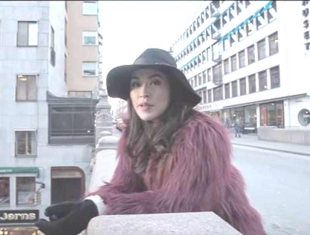 Raisa kenakan topi pantai saat videoklip bareng Isyana (Foto: Instagram)