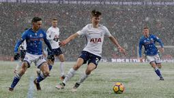 Pemain Tottenham Hotspur Juan Foyth berebut bola dengan pemain Rochdale, Ian Henderson Rochdale pada laga ulangan (replay) babak 16 besar Piala FA di Satdion Wembley, Kamis (1/3). Tottenham Hotspur maju ke perempat final usai menang 6-1. (AP/Matt Dunham)
